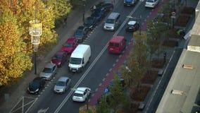 Tráfico en la ciudad en la intersección almacen de metraje de vídeo