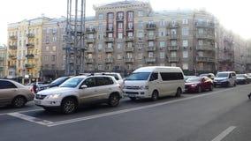 Tráfico en la ciudad Los coches están conduciendo a lo largo del camino almacen de metraje de vídeo