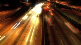 Tráfico en la ciudad en la noche metrajes