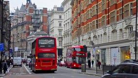 Tráfico en la esquina de Harrods en Londres metrajes