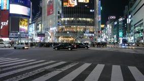 Tráfico en la intersección diagonal en la noche, Tokio, Japón del despegue en tiempo mínimo de Shibuya metrajes
