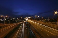 Tráfico en la noche fotografía de archivo