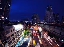 Tráfico en la noche en Bangkok, Tailandia Imágenes de archivo libres de regalías