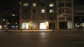 Tráfico en la noche en Broadway almacen de video