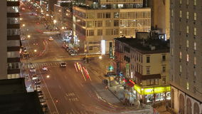 Tráfico en la noche en la 8va avenida almacen de video