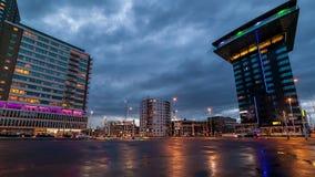 Tráfico en la oscuridad en ciudad moderna después de la lluvia almacen de video