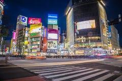 Tráfico en la travesía de Shibuya de la noche Imágenes de archivo libres de regalías