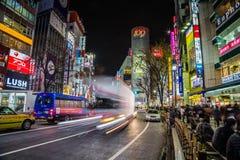 Tráfico en la travesía de Shibuya de la noche Fotos de archivo libres de regalías