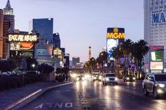 Tráfico en Las Vegas Boulevard en la noche imágenes de archivo libres de regalías
