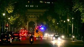 Tráfico en Londres, Inglaterra en la noche