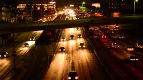 Tráfico en Los Ángeles céntrico en la noche metrajes