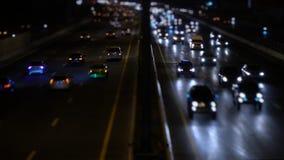 Tráfico en noche de la ciudad almacen de metraje de vídeo