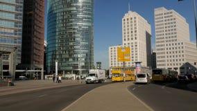 Tráfico en Potsdamer Platz en Berlín almacen de video