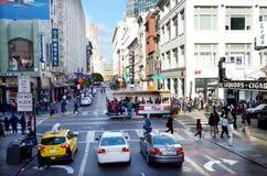 Tráfico en Powell Street en el distrito financiero de San Francisco Imagen de archivo