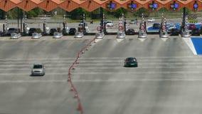 Tráfico en un peaje Visión superior almacen de metraje de vídeo