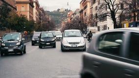 Tráfico en una calle en Roma metrajes