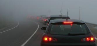 Tráfico en una niebla Imagenes de archivo
