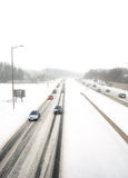 Tráfico inminente en una tempestad de nieve Fotos de archivo