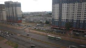 Tráfico intensivo en una calle ancha, time lapse almacen de video