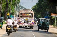 Tráfico intensivo en una calle asiática estrecha Imágenes de archivo libres de regalías