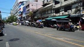 Tráfico ligero en el área de Chinatown de Bangkok almacen de video