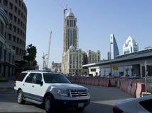 Tráfico ligero en la calle de Olaya en Riad fotos de archivo