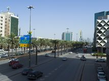 Tráfico ligero en rey Fahad Road fotos de archivo
