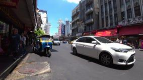 Tráfico ligero en Yaowarat Rd en Chinatown metrajes