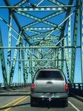 Tráfico ligero que cruza el río Columbia Foto de archivo