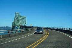 Tráfico ligero que cruza el río Columbia Fotos de archivo libres de regalías