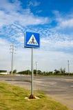 Tráfico a lo largo de la marca de camino Imagen de archivo libre de regalías