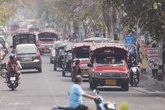 Tráfico a lo largo del camino ocupado por la mañana Foto de archivo