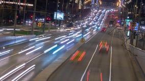 Tráfico loco de la noche en un movimiento del timelapse de la carretera metrajes