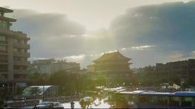 Tráfico ocupado alrededor del campanario en la puesta del sol, Xi'an, Shaanxi, China almacen de video