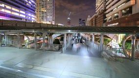 Tráfico ocupado céntrico de Bangkok, lapso de tiempo en la noche metrajes