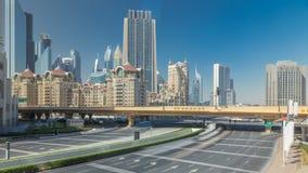 Tráfico ocupado cerca del timelapse de Sheikh Zayed Road, rascacielos modernos alrededor en la ciudad de lujo de Dubai almacen de video