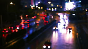 Tráfico ocupado de la noche defocused almacen de metraje de vídeo