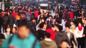 Tráfico ocupado de las muchedumbres en la cámara lenta del camino de Nanjing almacen de metraje de vídeo