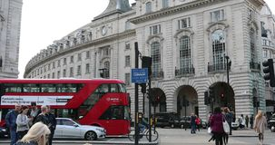 Tráfico ocupado de Piccadilly Circus en Londres almacen de metraje de vídeo