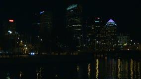 Tráfico ocupado del lapso de tiempo en ciudad en la noche almacen de metraje de vídeo