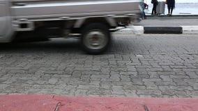 Tráfico ocupado en el camino de ciudad del varón, Maldivas Los coches, bicicletas, motocicletas, gente tienen prisa en alguna par almacen de metraje de vídeo