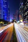 Tráfico ocupado en la ciudad céntrica en la noche Foto de archivo libre de regalías