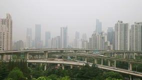 Tráfico ocupado sobre el paso superior en la ciudad moderna, Shangai, China almacen de video