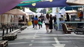 Tráfico peatonal en la calle de Arthur Verona - entrega de la calle almacen de metraje de vídeo