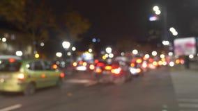Tráfico permanente en la ciudad en la noche metrajes