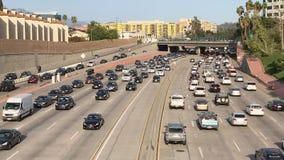 Tráfico pesado de la carretera de Los Angeles por la tarde almacen de video
