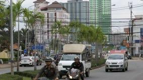 Tráfico por carretera asiático en la calle con las palmeras, Tailandia de Pattaya almacen de video