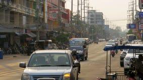 Tráfico por carretera asiático en la calle de Pattaya, Tailandia almacen de video