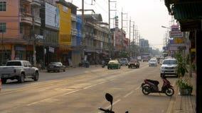 Tráfico por carretera asiático en la calle de Pattaya, Tailandia metrajes