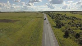 Tráfico por carretera de la carretera en un valle Lanzamiento aéreo de un camino de la carretera con los coches del tráfico en un almacen de video